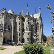 LE02. ASTORGA (LEON), 21/06/09.- Hace ahora 120 años, Antonio Gaudí iniciaba una de sus más bellas obras, el Palacio Episcopal de Astorga, actualmente sede de un museo dedicado básicamente a epigrafía y arte religioso. EFE/J.Casares